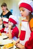 Alchevsk, Ουκρανία - 17 Σεπτεμβρίου 2017: Σχολικός μάγειρας για τα παιδιά να προετοιμαστεί πιτσών Στοκ Φωτογραφίες
