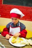 Alchevsk, Ουκρανία - 17 Σεπτεμβρίου 2017: Σχολικός μάγειρας για τα παιδιά να προετοιμαστεί πιτσών Στοκ εικόνες με δικαίωμα ελεύθερης χρήσης