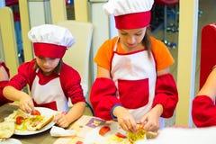 Alchevsk, Ουκρανία - 17 Σεπτεμβρίου 2017: Σχολικός μάγειρας για τα παιδιά να προετοιμαστεί πιτσών Στοκ φωτογραφία με δικαίωμα ελεύθερης χρήσης