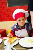 Alchevsk, Ουκρανία - 17 Σεπτεμβρίου 2017: Σχολικός μάγειρας για τα παιδιά να προετοιμαστεί πιτσών Στοκ εικόνα με δικαίωμα ελεύθερης χρήσης