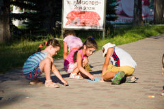 Alchevsk, Украина - 27-ое июля 2017: Дети красят пристань на асфальте Партия ` s детей Стоковые Фото