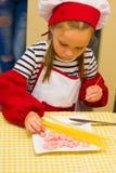 Alchevsk, Украина - 30-ое июля 2017: Кашевары школы для детей Выучите сварить макаронные изделия с сосисками Стоковая Фотография RF