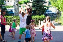 Alchevsk, Украина - 3-ье августа 2017: Группа в составе дети празднуя их вечеринку по случаю дня рождения ` s друга Стоковая Фотография RF