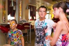 Alchevsk, Украина - 3-ье августа 2017: Группа в составе дети празднуя их вечеринку по случаю дня рождения ` s друга Стоковое Изображение