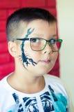 Alchevsk, Украина - 3-ье августа 2017: Ребенок рисует сторону для партии ` s детей Состав Aqua для девушек и мальчиков Стоковые Фото