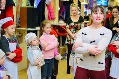 Alchevsk, de Oekraïne - Januari 21, 2018: De kinderen in de vorm van koks spelen en dansen Royalty-vrije Stock Fotografie