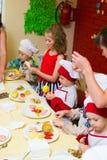 Alchevsk, de Oekraïne - Juli 16, 2017: Kinderen` s hoofdklasse bij het koken van aardappels in de oven met ham en kaas Royalty-vrije Stock Afbeeldingen