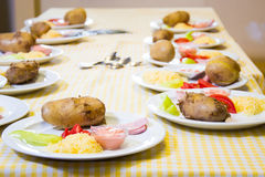 Alchevsk, de Oekraïne - Juli 16, 2017: Kinderen` s hoofdklasse bij het koken van aardappels in de oven met ham en kaas Royalty-vrije Stock Foto's