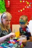 Alchevsk, de Oekraïne - Juli 27, 2017: Kinderen` s lichaam het schilderen stock foto
