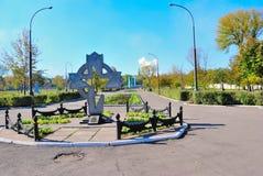 Alchevsk, de Oekraïne - Oktober 14, 2010: Het communale graf van Sovjetmilitairen 1967, vervanging van 1999 Stock Afbeelding
