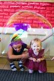 Alchevsk, de Oekraïne - September 21, 2017: de kinderen ` s tonen van zeepbels het kind wordt geplaatst in een blaas Royalty-vrije Stock Foto's