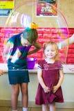Alchevsk, de Oekraïne - September 21, 2017: de kinderen ` s tonen van zeepbels het kind wordt geplaatst in een blaas Royalty-vrije Stock Foto