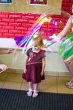 Alchevsk, de Oekraïne - September 21, 2017: de kinderen ` s tonen van zeepbels het kind wordt geplaatst in een blaas Stock Afbeelding