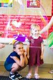 Alchevsk, de Oekraïne - September 21, 2017: de kinderen ` s tonen van zeepbels het kind wordt geplaatst in een blaas Royalty-vrije Stock Afbeeldingen