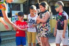Alchevsk, Ucrânia - 27 de julho de 2017: Jogo de crianças feliz com os animadores no verão Fotos de Stock