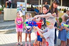 Alchevsk, Ucrânia - 27 de julho de 2017: Jogo de crianças feliz com os animadores no verão Fotografia de Stock
