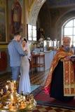 Alchevsk, Ucrania - 28 de abril de 2017: Ceremonia de boda para los recienes casados en la iglesia Fotos de archivo libres de regalías