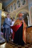 Alchevsk, Ucrania - 28 de abril de 2017: Ceremonia de boda para los recienes casados en la iglesia Foto de archivo libre de regalías
