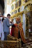 Alchevsk, Ucrania - 28 de abril de 2017: Ceremonia de boda para los recienes casados en la iglesia Imagen de archivo libre de regalías