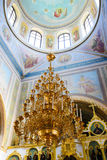 Alchevsk, Ucrania - 28 de abril de 2017: Ceremonia de boda para los recienes casados en la iglesia Fotos de archivo