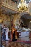 Alchevsk, Ucrania - 28 de abril de 2017: Ceremonia de boda para los recienes casados en la iglesia Imagen de archivo