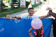 Alchevsk, Ucrania - 3 de agosto de 2017: Juegos del ` s de los niños corridos alrededor Imágenes de archivo libres de regalías