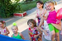 Alchevsk, Ucrania - 3 de agosto de 2017: Juegos del ` s de los niños corridos alrededor Fotografía de archivo libre de regalías