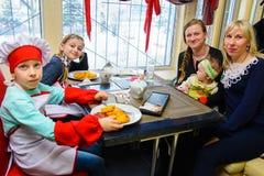 Alchevsk, Ucrania - 11 de marzo de 2018: niños bajo la forma de cocineros en los pequeños cocineros de la escuela en un café foto de archivo