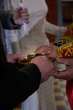 Alchevsk Ukraina - April 28, 2017: Bröllopceremoni för nygifta personer i kyrkan Royaltyfria Bilder