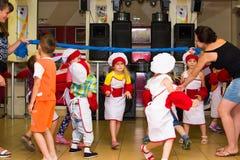 Alchevsk Ukraina, Lipiec, - 23, 2017: Szkolny kucharz dla dzieci Aktywne gry z dziećmi w postaci kucharzów Zdjęcia Stock