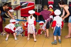 Alchevsk Ukraina, Lipiec, - 23, 2017: Szkolny kucharz dla dzieci Aktywne gry z dziećmi w postaci kucharzów Zdjęcie Stock