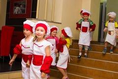 Alchevsk Ukraina, Lipiec, - 23, 2017: Szkolny kucharz dla dzieci Aktywne gry z dziećmi w postaci kucharzów Zdjęcia Royalty Free