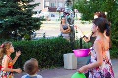 Alchevsk Ukraina, Sierpień, - 3, 2017: Dziecka ` s przyjęcie, łapie mydlanych bąble obraz stock