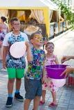 Alchevsk Ukraina, Sierpień, - 3, 2017: Dziecka ` s przyjęcie, łapie mydlanych bąble Obrazy Royalty Free