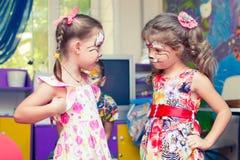 Alchevsk Ukraina, Sierpień, - 3, 2017: Dziecko rysuje twarz dla dziecka ` s przyjęcia Aqua makeup dla dziewczyn i chłopiec obrazy royalty free