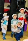 Alchevsk Ukraina, Styczeń, - 21, 2018: Dzieci w postaci kucharzów bawić się i tanczą Zdjęcie Royalty Free