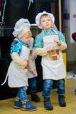 Alchevsk Ukraina, Styczeń, - 21, 2018: Dzieci w postaci kucharzów bawić się i tanczą Obraz Royalty Free