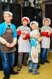 Alchevsk Ukraina, Styczeń, - 21, 2018: Dzieci w postaci kucharzów bawić się i tanczą Obraz Stock