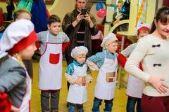 Alchevsk Ukraina, Styczeń, - 21, 2018: Dzieci w postaci kucharzów bawić się i tanczą Zdjęcia Royalty Free