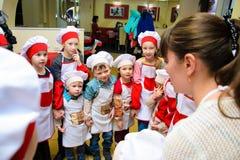 Alchevsk Ukraina, Styczeń, - 21, 2018: Dzieci w postaci kucharzów w okręgu Zdjęcia Stock