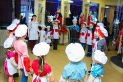 Alchevsk Ukraina, Styczeń, - 21, 2018: Dzieci w postaci kucharzów w okręgu Obrazy Royalty Free