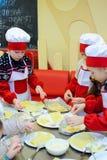 Alchevsk Ukraina, Styczeń, - 21, 2018: Dzieci w postaci kucharzów uczą się dlaczego gotować lasagna Zdjęcie Stock