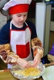 Alchevsk Ukraina, Styczeń, - 21, 2018: Dzieci w postaci kucharzów uczą się dlaczego gotować lasagna Fotografia Royalty Free