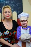 Alchevsk Ukraina, Styczeń, - 21, 2018: dziecko w formie szefa kuchni pozować Zdjęcia Stock