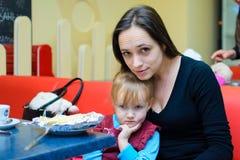 Alchevsk Ukraina, Styczeń, - 21, 2018: Dzieci w postaci kucharzów z lasagna który przygotowywali themselves, Obrazy Royalty Free
