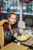 Alchevsk Ukraina, Styczeń, - 21, 2018: Dzieci w postaci kucharzów z lasagna który przygotowywali themselves, Fotografia Stock