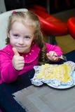 Alchevsk Ukraina, Styczeń, - 21, 2018: Dzieci w postaci kucharzów z lasagna który przygotowywali themselves, Fotografia Royalty Free