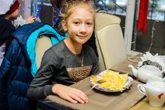 Alchevsk Ukraina, Styczeń, - 21, 2018: Dzieci w postaci kucharzów z lasagna który przygotowywali themselves, Zdjęcia Stock