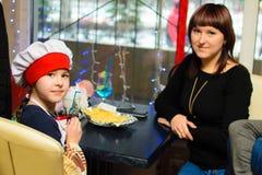 Alchevsk Ukraina, Styczeń, - 21, 2018: Dzieci w postaci kucharzów z lasagna który przygotowywali themselves, Zdjęcie Stock