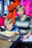 Alchevsk Ukraina, Styczeń, - 21, 2018: Dzieci w postaci kucharzów z lasagna który przygotowywali themselves, Obrazy Stock